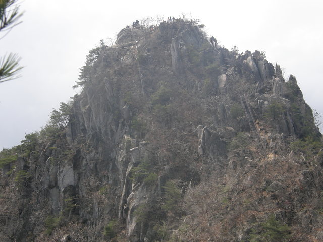 천불산 바위봉우리를 오르며