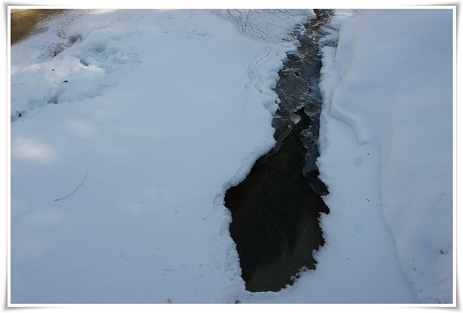 얼음아래로 흐르는 시냇물