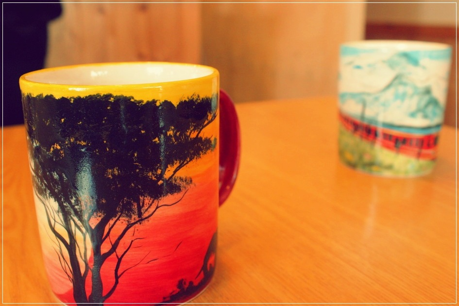 노을지는 풍경에 그려진 나무 머그컵