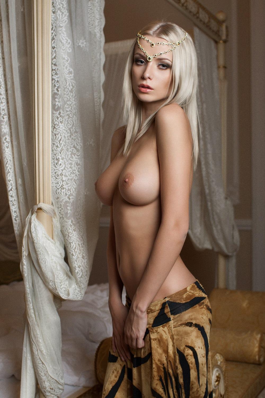 hot blonde nude girl
